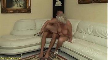 Coroa fazendo sexo anal e tomando no cu de ladinho