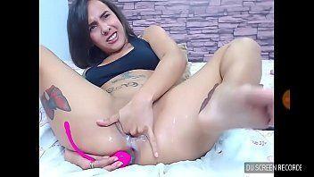 Novinha da xoxota rosada deliciosa se masturbando na cam