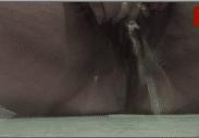 Mulher mijando de tesao enquanto masturbava a xereca grande