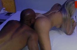Corno filmando a esposa gostosa sendo fodida de quatro