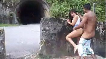 Fazendo sexo na estrada com namorada gulosinha no porno
