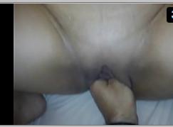 Mão na buceta masturbando a xereca grande da esposa