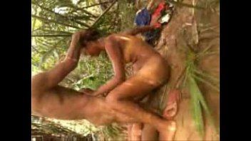 Neguinha metendo e dando a buceta carnuda no mato
