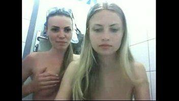 Novinhas se chupando bem gostoso dentro do banheiro