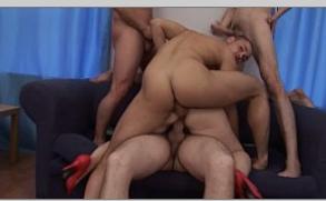 Jovens titãs porno gostoso com a coroa safada no sofa