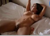 Mulher melancia pelada se exibindo em cima da cama