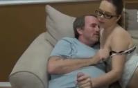Sexo com avô abusando da novinha e fudendo ela gostoso