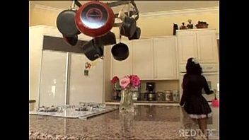 Empregada safada dando a xereca apertada enquanto limpa o chão