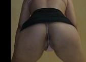 Novinha de saia curta mostrando a xota rebolando até o chão
