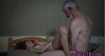 Sexo com avô tarado colocano a novinha para mamar no pau
