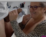 Velhas amadoras pagando um boquete guloso no pênis