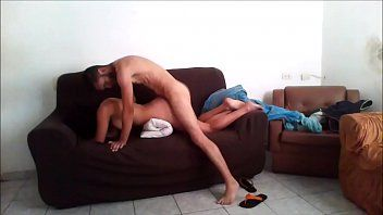 Gostosa transando com homem roludo sem camisinha no sofá