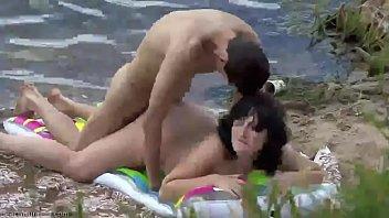 Praia de nudismo comendo a namorada magrinha disfarçando