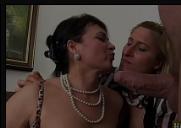 Comendo a coroa gostosa junto com sua amiga safada