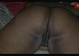 Comendo a coroa mulata do bucetão carnudo na cama