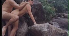 Sexo no mato amador com a loira bunduda dando de quatro na pedra