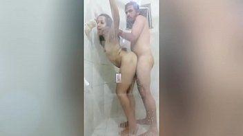 Pegando a sobrinha bucetuda e comendo dentro do banho