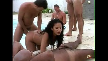 Suruba na piscina com as mulheres revezando no sexo gostoso