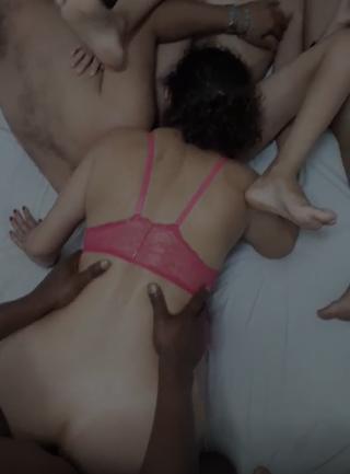 Branquinha de calcinha vermelha fazendo um sexo grupal gostoso