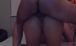 Corno caseiro espiando a esposa bunduda tomando pirocada no cu