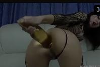 Enfiando garrafa no cu arrombado ao vivo na câmera de sexo