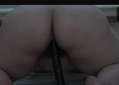 Gordinha rebolando gostoso em cima do consolo preto do macho