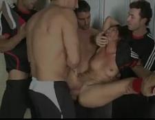 Sexo grupal brasileiro pegando a novinha bucetuda a força