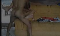 Sexo no flagra fudendo a xoxota lisinha da prima no sofá