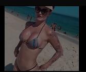 Casada se exibindo na praia com fio dental enfiado no cu