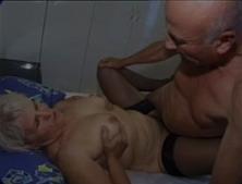Casal de idosos transando no filme porno no quarto