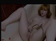 Papel de parede porno com a novinha se masturbando com chuveirinho