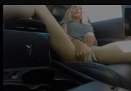 Streamer se masturbando com consolo pequeno na vagina rosinha