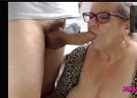 Amadoras coroas pagando boquete guloso no pênis grande