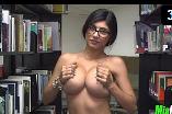 Mia khalifa tirando a roupa e ficando nua dentro da biblioteca