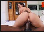 Vídeo pornô caseiro amador da novinha sentando no pau monstruoso do negão