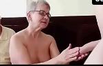 Vovó do sexo mamando a pica do novinho na frente do marido