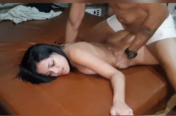 Gata pelada dando para o amante na frente do corno
