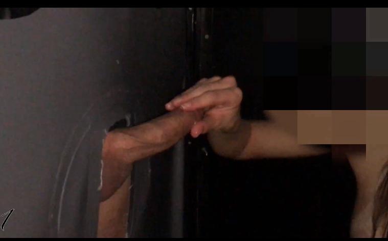 Mulher masturbando homem e roçando a piroca na vagina