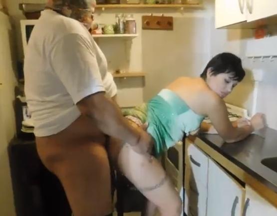 Porno de ladrao gordinho comendo a dona de casa coroa