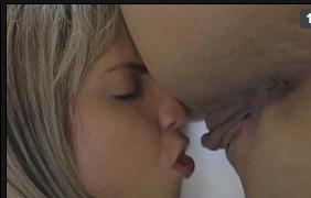 Mulher chupando outra no sexo lesbico delicioso entre as meninas