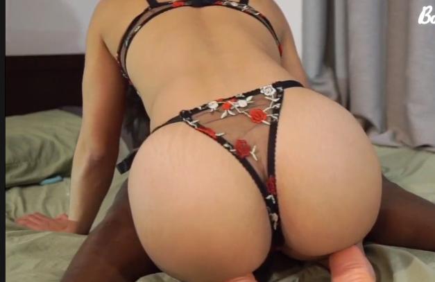 Sexo gratis brasileiro da gostosa de fio dental chupando