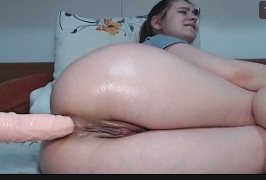 Novinha mostrando calcinha e masturbando o cu com um pinto de borracha