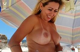 Sexo praia nudismo da coroa peituda exibicionista se mostrando