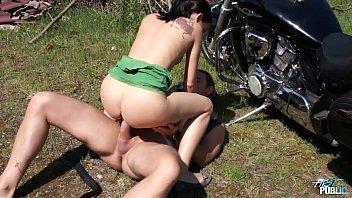 Safadas caseiras trepando com amigo enquanto lava a moto