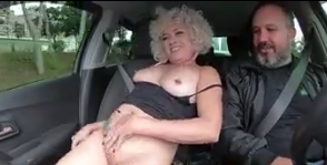 Coroas bucetudas transando com gordinho dentro do carro