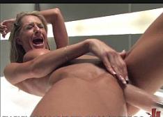 Novinha masturbação usando um dildo de borracha na xoxota