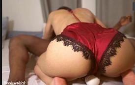 Novinha sentando na vara com força no sexo quente com macho