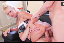 Sexo anal dupla penetração penetrando o rabo da gostosa loirinha
