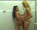 Loira gostosa tomando banho com a amiga e se pegando