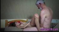 Sexo velho e novinha transando forte no filme porno